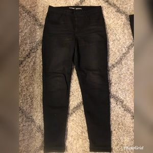 Women's high rise jean size 8. Color is black